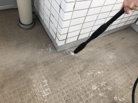 掃除中のベランダ